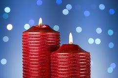 Röda stearinljus på abstrakt bakgrund Royaltyfria Foton