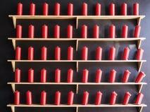 Röda stearinljus på den svarta väggen Royaltyfria Bilder