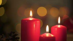 Röda stearinljus som bränner, julljus som blinkar på bakgrund, mirakulös tid stock video