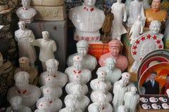 Röda stjärnaMao statyer i en loppmarknad i Peking i Kina Fotografering för Bildbyråer