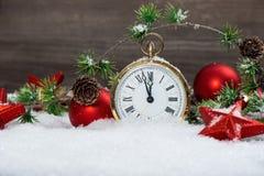 Röda stjärnor för julgarnering, struntsaker och guld- klocka fotografering för bildbyråer