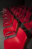 Röda stolar överst Arkivbilder