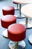 röda stolar Arkivbilder