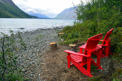 Röda stolar av Kathleen Lake i det Yukon territoriet, Kanada Royaltyfria Foton