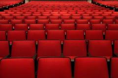 Röda stolar i filmbiograf Arkivfoton