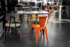 Röda stolar i utomhus- restauranger i en tråkig atmosfär Arkivbilder