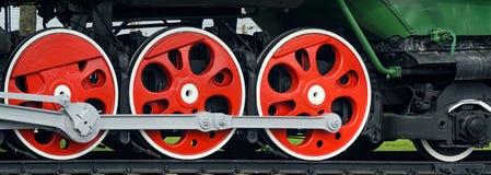 Röda stora tokiga hjul Royaltyfri Foto