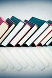 Röda, svarta och gröna böcker i rad Royaltyfri Fotografi