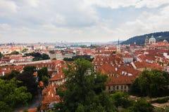 Röda tak av den Praha staden Fotografering för Bildbyråer
