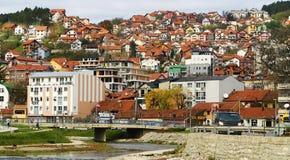 Röda tak av serben Uzhitse fotografering för bildbyråer