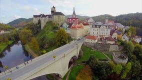 Röda tak för härlig medeltida arkitektur, forntida slottantenn stock video