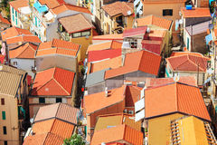 Röda tak i Scylla, Italien Arkivbilder