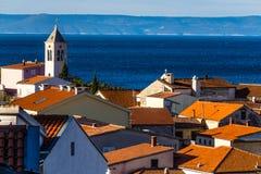 Röda tak, kyrkligt torn, hav, Brac-Baska Voda, Kroatien Fotografering för Bildbyråer