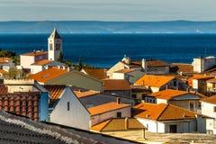 Röda tak, kyrkligt torn, hav, Brac-Baska Voda, Kroatien Royaltyfria Foton
