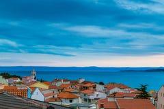 Röda tak, kyrkligt torn och hav Baska Voda, Kroatien Royaltyfria Bilder