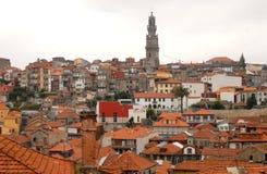 Röda tak och högt torn Royaltyfria Foton
