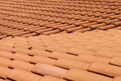 röda taktegelplattor för lera royaltyfria bilder