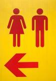 röda tecken för pil till toalettyellow Royaltyfri Bild