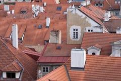 Röda tegelplattatak av Prague, Tjeckien Arkivbild