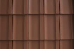 Röda tegelplattor av singlar på taket Royaltyfri Foto