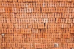 Röda tegelstenar för konstruktion Arkivbild