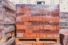 Röda tegelstenar på konstruktionsplatsen Arkivbild