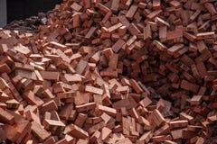 Röda tegelstenar som staplas på konstruktionsplatser Royaltyfri Fotografi
