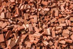 Röda tegelstenar som staplas på konstruktionsplatser Royaltyfri Foto