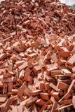 Röda tegelstenar som staplas på konstruktionsplatser Royaltyfria Bilder