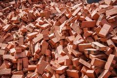Röda tegelstenar som staplas på konstruktionsplatser Arkivfoton