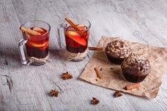 Röda tekoppar och chokladmuffin på en tabellbakgrund Citronte med kakor Vinterfrukost fotografering för bildbyråer