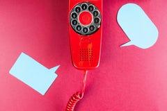 Röda telefon- och anförandeballons för tappning Royaltyfria Foton