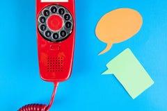 Röda telefon- och anförandeballons för tappning Royaltyfri Foto