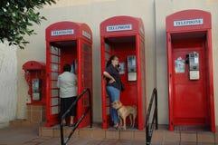 Röda telefonaskar på vagga av Gibraltar Arkivbild
