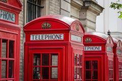 Röda telefonaskar, Westminster, London Arkivfoto