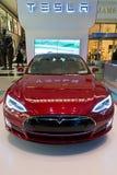 Röda Tesla på skärm i Columbus Circle i New York City Arkivbilder