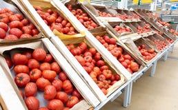 R?da tomater i tr?askar close upp royaltyfri fotografi