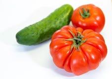 Röda tomater och gurka arkivbilder