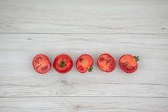 Röda tomater på den vita wood tabellen, bästa sikt Royaltyfri Bild