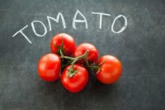 Röda tomater på grön filial Royaltyfri Foto