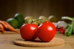 Röda tomater på trätabellen Royaltyfria Foton