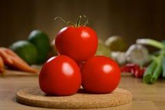 Röda tomater på trätabellen Fotografering för Bildbyråer