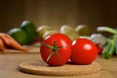 Röda tomater på trätabellen Arkivbilder