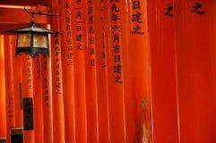 Röda toriiportar och lykta Arkivbilder