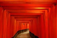 Röda toriiportar och lykta Royaltyfri Fotografi