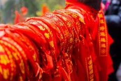 Röda torkdukeberlock med kinesiska tecken binds upp tillsammans royaltyfri fotografi