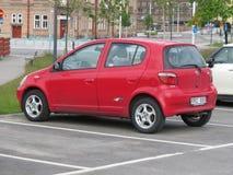 Röda Toyota Yaris Arkivfoto