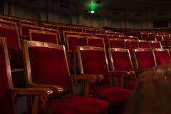Röda trätomma platser i teater arkivbilder