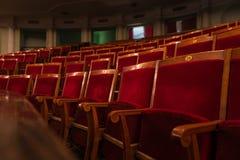 Röda trätomma platser i teater royaltyfri fotografi