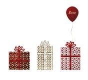 Röda tre, vit och guldgåvor och ballong Royaltyfria Bilder